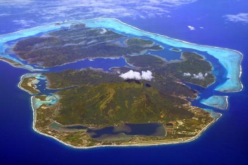 Χουαχίνε: Αεροφωτογραφία του νησιού Χουαχίνε με το αεροδρόμιο στην παραλία. Γαλλική Πολυνησία.