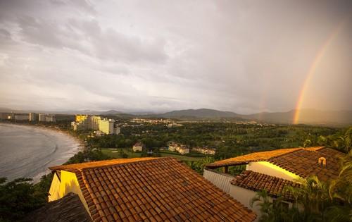Ζιουατανέχο - Ιχτάπα: Πανοραμική φωτογραφία της πόλης με μεγάλη όμορφη παραλία και συντροφιά δύο ουράνια τόξα. Ζιουατιανέχο - Ιχτάπα. Μεξικό